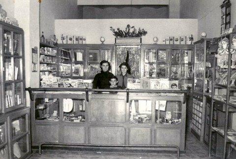 La librairie de Madame Sanchez ici avec ses enfants Pierrette et Pierre