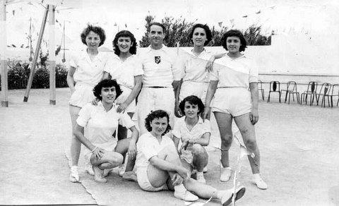 Monsieur Cerna entourée par les filles de la JSS : Juliette et Pierrette Sanchez, Paule Dion, Anita Perez, Maryvonne Baud, Alphonsine Davos ...