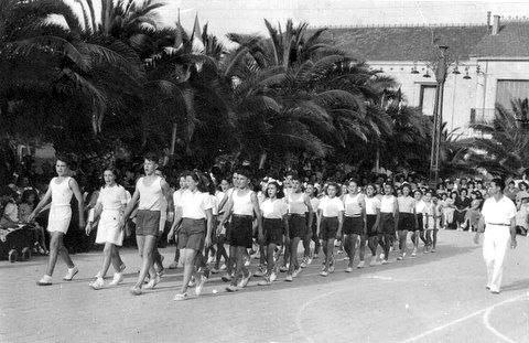 Défilé de la JSS avec Monsieur Cerna vers 1950