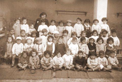 1939 - Classe Maternelle de Pierrette Sanchez avec Carmen l'assistante maternelle