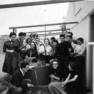 1955 - Pierrette Sanchez, son fiancé et des amis chez Pepico Anton
